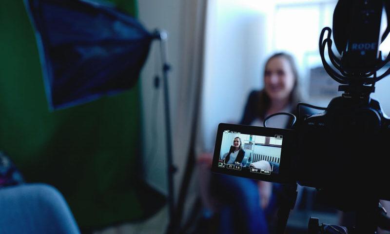mulher-grava-vídeo-em-casa-contra-a-janela