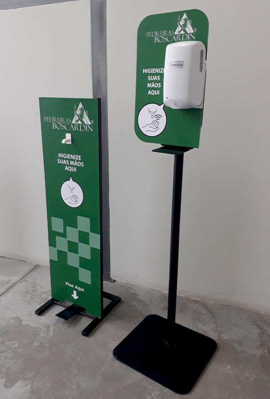 exemplos de totem automático e totem pedal F9 para aplicação de álcool gel