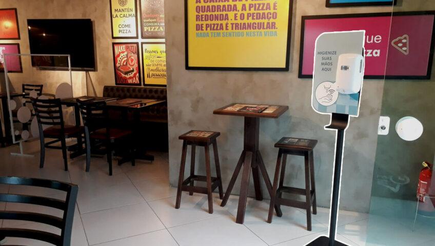 totem álcool gel automático posicionado em pizzaria de Curitiba