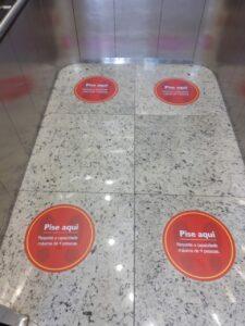 adesivos-de-piso-instalados-em-elevador-informando-capacidade-e-distanciamento-social